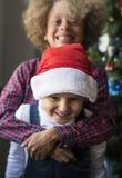 Bästa vän som firar jul tillsammans arkivfoto