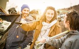Bästa vän som har gyckel som går tillsammans med, skidar och snowboarden Fotografering för Bildbyråer