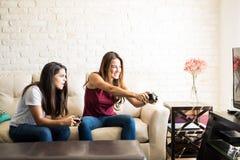 Bästa vän som spelar videospel royaltyfria bilder