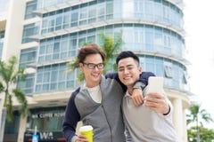 Bästa vän Två grabbar som kramar och går i staden Royaltyfri Fotografi