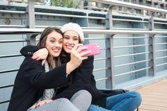 Bästa vänflickor som gör en selfie Fotografering för Bildbyråer