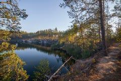 Bäume auf dem Ufer eines schönen Steinbruchs mit klarem Wasser Hoher Stein ukraine Stockbilder