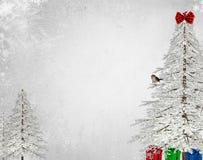 Bäume der weißen Weihnacht mit Vogel Stockfotografie