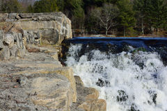 Bäume, Felsen und Wasserfall Stockfotografie