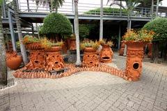 Bäume mit Gefühlen mit Blumenbeeten im tropischen botanischen Garten Nong Nooch nahe Pattaya-Stadt in Thailand Stockfoto