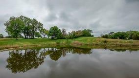 Bäume reflektiert in einem glasigen See - Landschaft Stockfoto