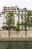 Bäume und Häuser auf den Banken Stockfotografie