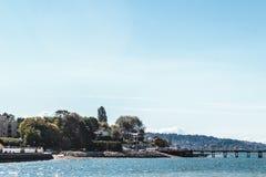 Bäume und Häuser an Kitsilano-Strand in Vancouver, Kanada Stockfotografie