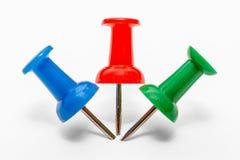 Błękita, czerwieni i zieleni szpilka, jest wtykającym stroną popiera kogoś w papierze - obok - obraz stock