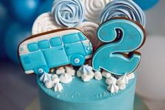 Błękita tort na dzieciach urodzinowych z numer dwa i samochodem obrazy stock