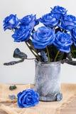 Błękitne róże w wazie na stole zdjęcie royalty free