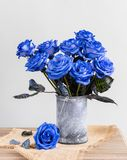 Błękitne róże w wazie na stole obraz royalty free