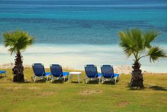 Błękitni bryczka hole na plaży zdjęcia stock