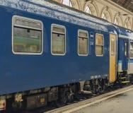 Błękitny dosypianie trener z żółtym drzwi w Budapest stacji zdjęcie royalty free