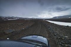 Błękitny samochodowy jeżdżenie w średniogórza Iceland widoku nad samochodowym kapiszonem obraz stock