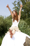 båda skratta posera tumm upp kvinna fotografering för bildbyråer
