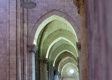 Bågar av den gotiska domkyrkan Arkivfoton