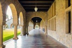 Bågar av den huvudsakliga kvadraten på Stanford University Campus - Palo Alto, Kalifornien, USA Arkivbild