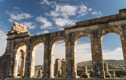 Bågar av den roman staden Volubilis Arkivbild