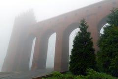 Bågar av det Kwidzyn slottet i dimmig dag Royaltyfri Fotografi