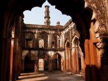 Bågar av en forntida stenbyggnad i indisk stad Arkivbilder
