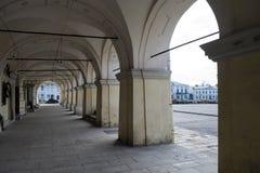 Bågar av farstubron av en gammal byggnad i stadfyrkanten royaltyfria foton