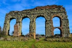 Bågar av forntida acqueduct Royaltyfri Fotografi