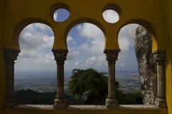 Bågar av Pena slottarkitektur med naturen och historisk stad av sintraen arkivfoto