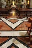 Bågar, bänkar, golv, huvudsakligt altare och monumentala kolonner av kyrkan av El Salvador i Caravaca de la Cruz, Murcia arkivfoto