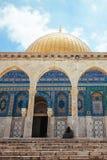 Bågar framme av kupolen av Rock templet i Jerusalem Arkivfoto