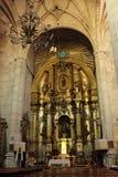 Bågar, huvudsakligt altare och monumentala kolonner av kyrkan av El Salvador i Caravaca de la Cruz, Murcia royaltyfri fotografi