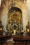 Bågar, huvudsakligt altare och monumentala kolonner av kyrkan av El Salvador i Caravaca de la Cruz, Murcia royaltyfria foton