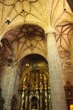 Bågar, huvudsakligt altare och monumentala kolonner av kyrkan av El Salvador i Caravaca de la Cruz, Murcia arkivfoton