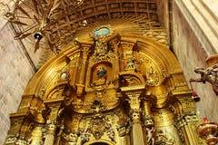 Bågar, huvudsakligt altare och monumentala kolonner av kyrkan av El Salvador i Caravaca de la Cruz, Murcia royaltyfri foto