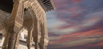 Bågar i islamisk (morisk) stil i Alhambra, Granada, Spanien arkivbild