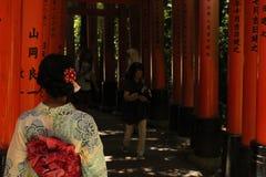 Bågar med den japanska flickan i kimono i Kyoto Japan royaltyfria foton