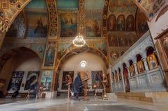 Bågar med målningar och högväxta väggar av den gamla kyrkan av den Shio-Mgvime kloster Arkivfoton