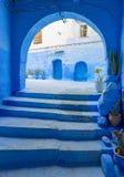 Bågar och dörrar i den blåa staden Chefchaouen Arkivfoton