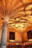 Bågar och monumentala kolonner av den Santa Maria de Belem kyrkan royaltyfria foton