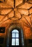 Bågar och monumentala kolonner av den Santa Maria de Belem kyrkan arkivbilder