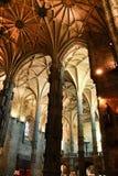 Bågar och monumentala kolonner av den Santa Maria de Belem kyrkan royaltyfri foto