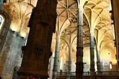 Bågar och monumentala kolonner av den Santa Maria de Belem kyrkan arkivbild