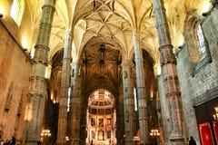 Bågar och monumentala kolonner av den Santa Maria de Belem kyrkan royaltyfri fotografi