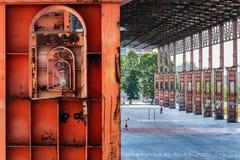 Bågar och pelare av en gammal fabrik fotografering för bildbyråer