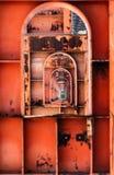 Bågar och pelare av en gammal ironwork arkivbilder