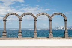 Bågar på Maleconen i Puerto Vallarta arkivfoton