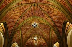 Bågar på taket av den medeltida byggnaden royaltyfri foto