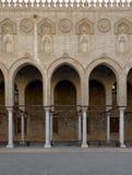 Bågar som omger borggården av en historisk moské, Egypten royaltyfri fotografi