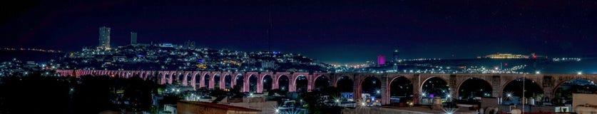 Bågarna, natt exponerad av akvedukten i Queretaro arkivfoton