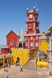 Bågarna terrasserar, kapell- och klockatornet av den Pena slotten Sint royaltyfria foton